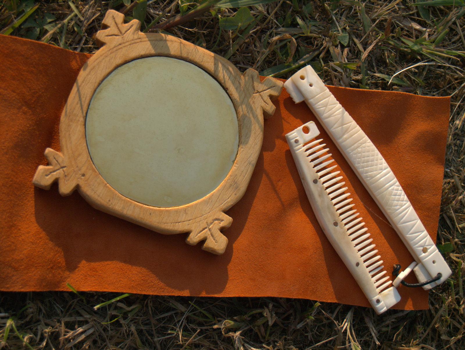 Legno e ottone per specchiarsi